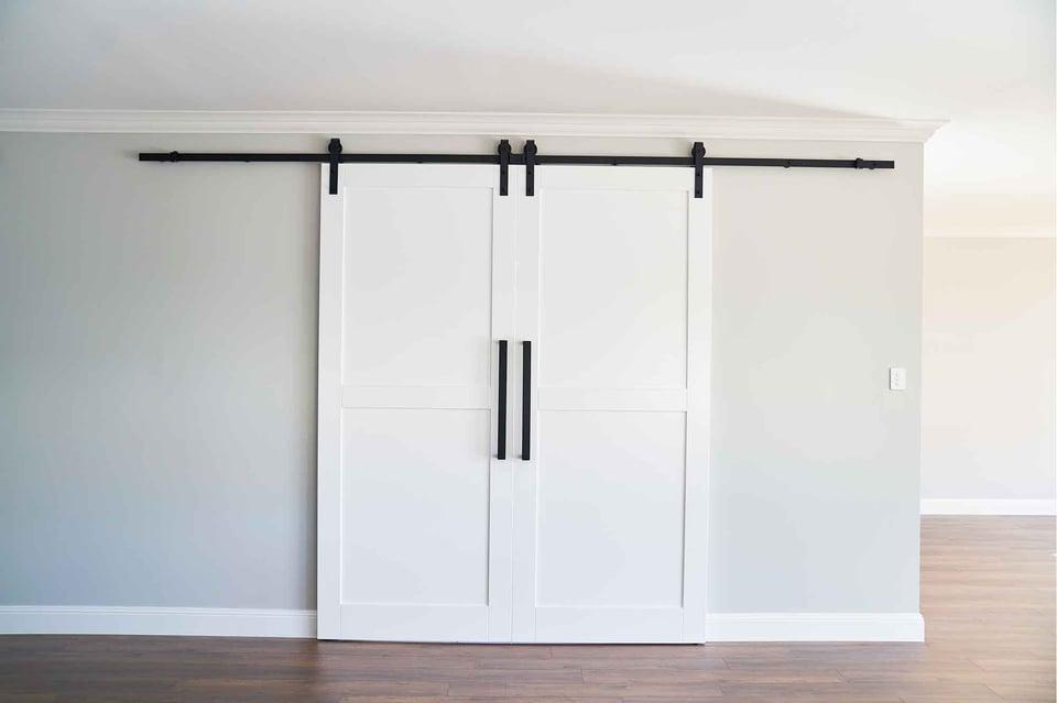 hallharthomes-hamptons-barn-doors-1